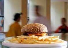 Estudo realizado em 2006 pelo National Bureau of Economic Research indica que, caso os anúncios televisivos de redes de fast food fossem banidos nos Estados Unidos, o número de crianças de 3 a 11 anos com sobrepeso seria reduzido em 18% (Istock Photos)