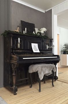 Landlig interiør, julepynt, piano, christmas decoration, country house, interior Piano, Country, House, Ideas, Rural Area, Home, Pianos, Country Music, Thoughts