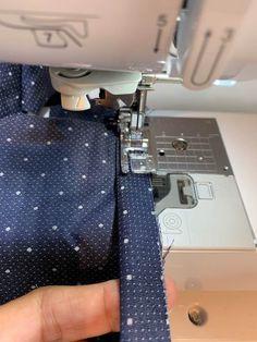 Nem måde til kantning af ærmegab, hals etc i fast stof Sewing Hacks, Sewing Projects, Sewing Techniques, Diy Clothes, Fabric Crafts, Tips, Design, Sewing, Creative