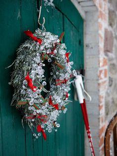... mit einem Weihnachtslied auf den Lippen macht dekorieren für die Adventszeit noch mehr Vergnügen! Dieses Jahr zieht mit Rot-Weiß und Naturtönen skandinavisches Flair ins Haus ein: Zauberhaftes zum Selbermachen & Bestellen