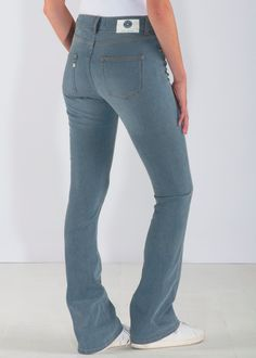 One of our favorite sustainable jeans. The flared jeans contains recycled denim. The blue colour is unique. Enjoy your new jeans!