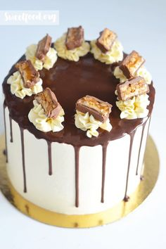 layer cake sneaker Snickers Cake Recipes, Cupcakes, Cupcake Cakes, Two Layer Cakes, Chocolate Drip Cake, Candy Cakes, Easy Cake Decorating, Drip Cakes, Festivus