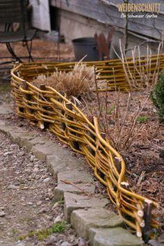 Ein Schweizer Garten: Verdächtig ruhig Willow Garden, Love Garden, Garden Nook, Garden Art, Farm Gardens, Outdoor Gardens, Easy Fence, Garden Tool Storage, Fence Design