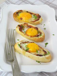 Panecillos rellenos de huevo, queso y bacon