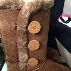 Brown tall chestnut PRICE DROPPED TODAY ONLY!! READY TO SHIP! MUST SELL SOON! Almost new, high quality ugg r e p s. Not worn. No rips or stains. Exposure only. Please do not ask the obvious UGG Shoes