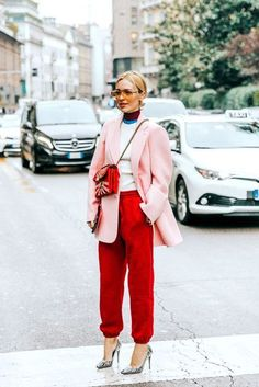Red sweatpants and a pink structured blazer look, sweatpants and pumps outfit, edgy street style, blush pink blazer streetstyle. Looks Street Style, Street Style Edgy, Street Chic, Red Street, Street Wear, Korean Street, Street Styles, Fashion Week, Look Fashion