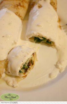 Nadzienie szpinakowe: 1 duże opakowanie świeżych liści szpinaku (lub mrożonych liści) 2 łyżki masła 1 mała cebula, posiekana 10-15 dag sera żółtego, startego 1/4 szklanki śmietanki 12% (niekoniecznie) 1/2 łyżeczki soli świeżo zmielony pieprz  Sos czosnkowy: 150 ml jogurtu naturalnego 2 łyżki majonezu 2-3 ząbki czosnku, przeciśniętego przez praskę sól świeżo zmielony pieprz