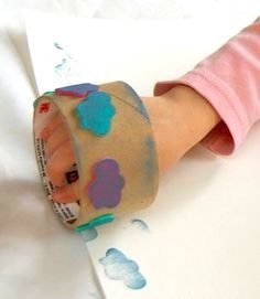 Old tape roll plus foam stickers=diy stamps Kids Crafts, Craft Projects, Craft Ideas, Homemade Stamps, Preschool Art, Diy For Kids, Activities For Kids, Crafty, Stamping