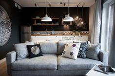 czarna-ściana-w-aranżacji-salonu-i-kuchni.jpg 1024×681 pikseli