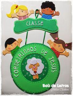 .::BAÚ DE LETRAS::. E.v.a. e Scrapbook: Sala de Aula Class Door Decorations, Kids Church, Sunday School, Art Boards, Garland, Nursery, Christmas Ornaments, Holiday Decor, Children