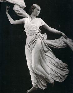 """Vestido de Madeline Vionnet....""""Hacía unos vestidos griegos de un modo como jamás se hubiera concebido en Grecia y en sus líneas no había nada que pareciera arcaico."""" - Cecil Beaton"""