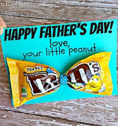 Are you looking for easy Father's Day gifts from the kids? From printables to handprint art that Dad will really enjoy. (moms birthday presents from kids)