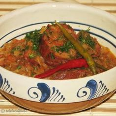 Varza cu Ciolan Afumat Romanian Food, Ratatouille, Thai Red Curry, Salsa, Mexican, Ethnic Recipes, Foods, Food Food, Food Items