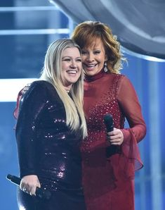 Reba McEntire and Daughter-in-Law Kelly Clarkson Sang a Duet at the ACM Awards — InStyle Best Country Music, Country Music Singers, Country Bands, Reba Mcentire, Daughter In Law, Chris Young, Famous Singers, Bob Hairstyles, Girl Power
