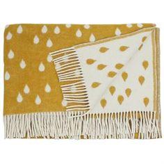 Suloinen hunajankeltainen Rainy Days villahuopa tulee ruotsalaiselta Brita Swedeniltä. Siinä on kaunis sadepisarakuvio ja pehmeän keltainen väri. Valkoiset hapsut isommassa huovassa ja koristeellinen tikkaus pienemmässä ovat kaunis yksityiskohta. Valitse haluamasi koko.