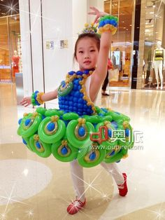 Little Girl's Peacock Dress Balloon Hat, Balloon Crafts, Balloon Dress, Balloon Animals, Balloon Decorations, Twisting Balloons, Balloon Modelling, Balloons And More, Peacock Dress