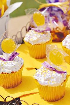 Transform store-bought vanilla cupcakes into Team Spirit Cupcakes with colored sugar and team-colored suckers. Most Popular Recipes, Other Recipes, Elote Dip Recipe, Vanilla Cupcakes, 12 Cupcakes, Vanilla Frosting, Tailgating Recipes, Football Food, Colored Sugar
