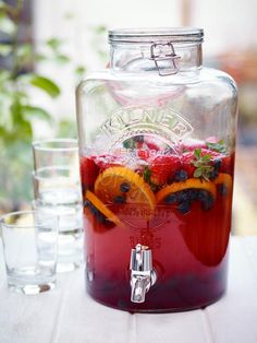 TURBO SANGRIA --Plenty of ice - 1 sprig of mint - brandy Half bottle of dry French rose- 250 ml bottle Rocks Strawberry & Blackcurrant - sparkling water - 2 chopped oranges - 2 handfuls of chopped strawberries - 2 handfuls of blueberries Healthy Cocktails, Fruity Drinks, Summer Drinks, Moonshine Cocktails, Sangria Drink, Sangria Recipes, Drinks Alcohol Recipes, Mojito, Kilner Drinks Dispenser