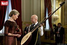 Ce mercredi soir, le roi et la reine des Belges ont offert au Palais royal à Bruxelles le traditionnel Concert d'automne. L'occasion pour Mathilde d'arborer un look aux couleurs de circonstances.