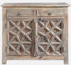 Origineel oud kastje uit India.  Voorzien van de originele beschildering en nog in een uitmuntende staat.