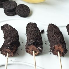 Plan ahead and have the best desserts on the block! Peanut Butter Chocolate & Oreo Banana Pops. #noms