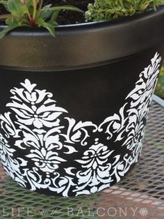 spray paint and stencil old flower pots into FABULOUS ones! spray paint and stencil old flower pots Pots D'argile, Clay Pots, Outdoor Projects, Diy Projects, Outdoor Decor, Do It Yourself Design, Pot Jardin, Plastic Pots, Yard Art