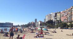 Un sofocante calor de 30 grados llena las playas de Alicante