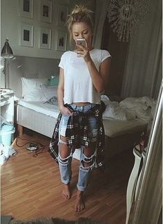 Ripped jeans and plain white tee - love this look - fashion inspiration Fashion 90s, Grunge Fashion, Look Fashion, Autumn Fashion, Fashion Outfits, Womens Fashion, Fashion Trends, Fashion Ideas, Girl Fashion