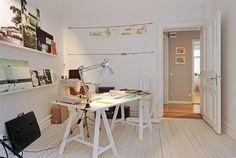 Mesa toda branca com tampo e cavaletes de madeira