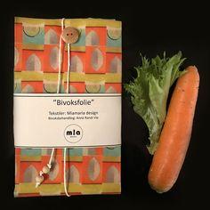 Bivoksfolie er et miljøvennlig alternativ til plastfolie. Kortreist og håndlaget i Trøndelag. Reduserer behovet for plast. Kan brukes om og om igjen. Formes rundt kopper og kar. Brettes rundt ost, frukt, grønnsaker, matpakke, brød osv. Bør IKKE brukes til ferskt kjøtt og fisk. Formes til via varmen fra hendene. Laget av bomullsstoff i Miamaria design printet med miljøvennlig teknikk på fabrikk i Berlin. Stoffet er innsatt med naturell ubleket bivoks fra Honningsentralen. Voksen er t... Allergies, Packing, Flowers, Life, Design, Alternative, Bag Packaging, Design Comics, Flower