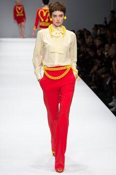 2014 - 2015 Herbst Winter Damen Kleidung Mode - Moschino - Fashion - Moda - Welcome Haar Design News Fashion, Fashion Moda, Vogue Fashion, Runway Fashion, High Fashion, Fashion Beauty, Fashion Show, Fashion Looks, Womens Fashion