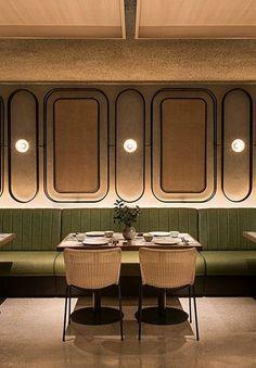 banco corrido verde restaurante. Bancada tapizada pared restaurante