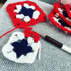 TV-kveld og hekleinnspurt til 17.mai 😊🍃🇳🇴🍃 håper på å bli ferdig i tide! 5 ruter igjen før de skal festes sammen og få bølgekant👏🏻 👏🏻👏🏻👏🏻.… Granny Squares, Knitted Hats, Diy And Crafts, Knitting, Crochet, Instagram, Ideas, Tricot, Breien