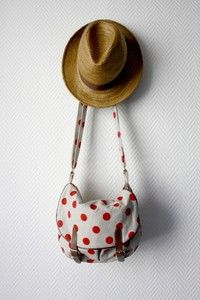 I can´t resist a nice polka dot bag. They really cheer me up.