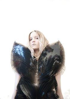 Sculptural Fashion - dress Escapism by Iris Van Herpen. Geometric Fashion, 3d Fashion, Weird Fashion, Fashion Details, Origami Fashion, Dubai Fashion, Color Fashion, Fashion Brands, Structured Fashion