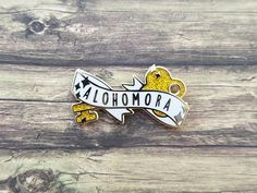 Alohomora Spell Banner Pin // Hard Enamel Pin // Harry Potter Harry Potter Merchandise, Harry Potter Pin, Harry Potter World, Hogwarts, Harry Potter Accesorios, Metal Clock, Cool Pins, Banner, Pin And Patches