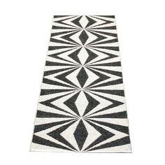Pappelina LISA / Black • Vanilla - tapis tressé, fabriqué en Suède - design Pappelina - chez Lapadd. pour les grands couloirs de la prochaine maison!