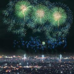 """Instagram【mikaest】さんの写真をピンしています。 《Fireworks in Nagaoka 【就任ご挨拶( 」´0`)」】 こんばんは、ふわふわ女子カメラマンのミカエストです。 . このたび、@Japan_Night_View さんのmoderatorとして運営に関わらせて頂くことになりました!てってれーー。 . モデレーターって何?って、フィーチャーする写真を選ぶ側ってことです(๑・̑◡・̑๑) . 夜空のキラキラ(星、花火、ホタル、スカイランタン!!!)好きで、基本的に夜から朝にかけてが超活動的な(笑)わたしにとっては、非常に光栄なことです。 . 勝手にミカエスト氏就任祝いっつーことでw、大好きな長岡の花火の写真でも特にお気に入りの1枚を今宵はポストします(๑˃̵ᴗ˂̵) . まぁ、わたくしはあいも変わらず""""ふわふわ女子カメラマン""""としてゆるゆると頑張っていきますので٩( 'ω' )وこれからもどうぞ @mikaest および @Japan_Night_View をよろしくお願いしますm(_ _)m素敵なお写真をお待ちしておりますっ!…"""