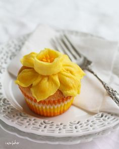 Daffodil Cake Tutorial on I Am Baker! I would put a thin layer of frosting on the cupcake to prevent drying. Cupcake Flavors, Cupcake Recipes, Cupcake Party, Cake Decorating Tutorials, Cookie Decorating, Cupcakes Decorating, Cookies Et Biscuits, Cake Cookies, Cakes Originales