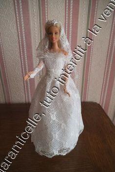 tuto gratuit barbie: robe de mariée pour tricoteuses presque débutantes                                                                                                                                                                                 Plus Barbie Dress, I Dress, Mini American Girl Dolls, Habit Barbie, Barbie Style, Barbie And Ken, Marie, Doll Clothes, Wedding Dresses