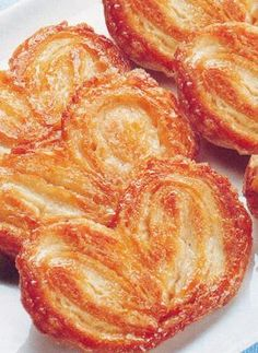Another great food idea for your Oscars themed party are Palmiers. These French pastries inspired by the Oscar nominated movie Hugo are such a treat. My mom used to make these and they are absolutely delicious! French Dinner Parties, Just Desserts, Dessert Recipes, Food Network Recipes, Cooking Recipes, My Favorite Food, Favorite Recipes, Puff Pastry Recipes, French Pastries