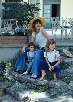 Jane Birkin with daughters Kate Barry and Charlotte Gainsbourg. Charlotte Gainsbourg, Serge Gainsbourg, Gainsbourg Birkin, Estilo Jane Birkin, Jane Birkin Style, Family Shoot, Mode Pop, Outfit Trends, Mother And Child