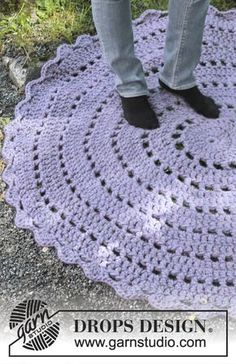 "Crochet DROPS rug in ""Polaris"". ~ DROPS Design would learn to crochet to make this! Mandala Au Crochet, Crochet Doily Rug, Crochet Rug Patterns, Crochet Carpet, Crochet Round, Love Crochet, Knitting Patterns, Knit Crochet, Free Knitting"