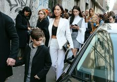 The reinvented office look / The Best Street Style Beauty From Phil Oh's Milan Fashion Week Fall 2017 Snaps Milan Fashion Week Street Style, Cool Street Fashion, New York Fashion, Gary Pepper Girl, Nicole Warne, Runway Hair, Most Stylish Men, Looking For Women, Style Guides