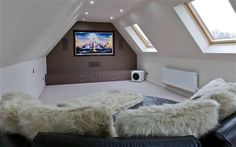 10 houses with cinema rooms is part of home theater Loft Attic Spaces - Why leave the house to watch a film in style These homes have their own cinema rooms Home Cinema Room, Home Theater Rooms, Home Theater Design, Attic Theater, Attic Renovation, Attic Remodel, Loft Room, Bedroom Loft, Snug Room