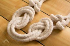 Já que estamos falando do estilo navy, vou mostrar como fiz um colar de nós usando corda crua. Bom, eu nem ia fazer diy dele, por 3 motivos: 1) eu achei essa amarração numa loja do etsy e testei copiar pra mim, porque gostei muito, então, sim, é uma cópia que era só pra usar... #acessórios #diy