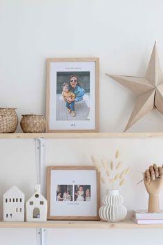 Décorer votre étagère murale en mixant petite décoration et des jolis cadres en bois avec vos photos préférées Decoration, Floating Shelves, Frame, Photos, Home Decor, Wall Shelves, Frames, Decor, Picture Frame