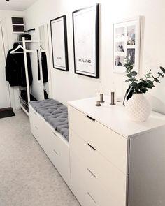 Godmorgon, hoppas att ni får en to… Room Interior, Home Interior Design, Hallway Ideas Entrance Narrow, Modern Hallway, Modern Staircase, Main Entrance, Hallway Decorating, Decorating Games, Home Remodeling