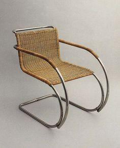 Mobiliário Moderno - Cadeira Mies Van der Rohe de palha com braços. Cantilever. Palhinha e aço tubular.