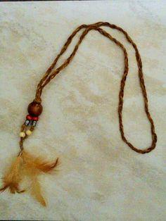 Joli collier en cordon de suédine tressé et plumes : Collier par alicia34